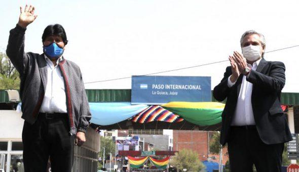 FINALIZADO EL ASILO POLITICO DE EVO, EL PRESIDENTE ARGENTINO LO DESPIDIÓ EN LA FRONTERA CON BOLIVIA.
